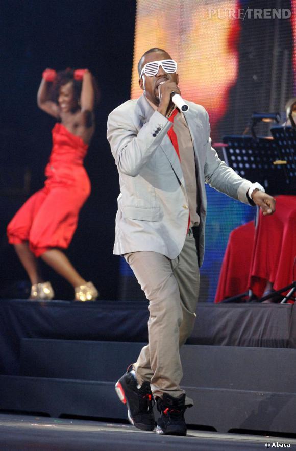 Kanye confond souvent la scène avec le catwalk. Toujours très stylé en concert, il raffole des accessoires clinquants. L'une de ses pièces fétiches, les lunettes rayés.