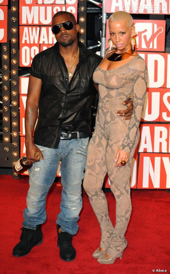 Provocation au MTV VMA's 2009, Kanye scandalise l'Amérique. Pour l'occasion, chemise en cuir et jean et bouteille de whisky en guise d'accessoires.