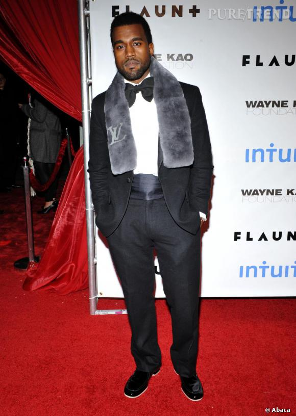 Lorsque Kanye se met sur son 31, il ose costume et noeud papillon mais cède à la tentation des mocassins façon sneakers.