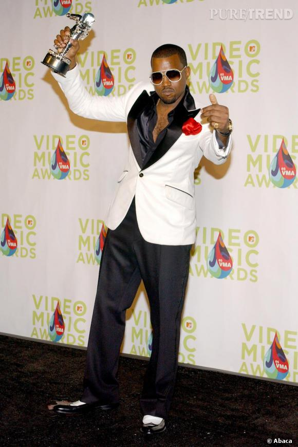 En 2005, la métamorphose de Kanye et le début d'une longue série de look très diva.