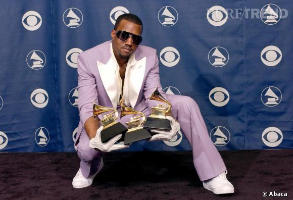 En 2006, Kanye remporte 3 Grammys, une nouvelle raison de faire son show. Pour l'occasion, costume parme et gants blancs pour le rappeur.