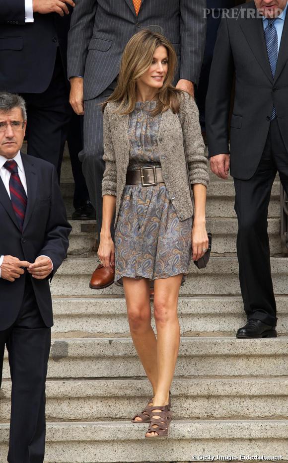 Robe courte, taille marquée et talons, Letizia Ortiz retrouve le style moderne et féminin qui la qualifie.