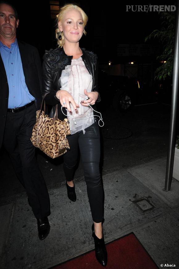 Katherine Heigl parfait son look sobre avec un sac à main léopard.