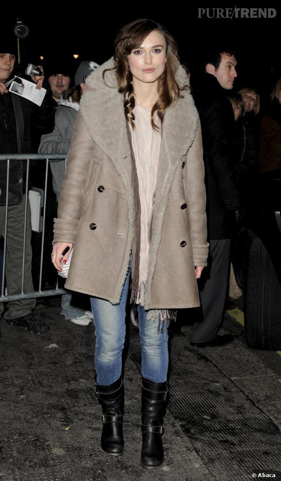 Jeans + bottes + manteau = perfection. Discrète, Keira laisse la pièce faire son petit effet et choisit avec justesse un écharpe claire.