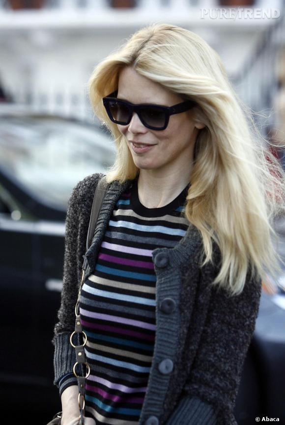 Toujours très discrète c'est lunettes noires sur le nez qu'elle parcours les rues de Londres mais avec un modèle un rien rétro.