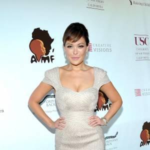 Lindsay Price flatte ses formes en misant sur une robe au décolleté prononcé, la taille très ajustée.