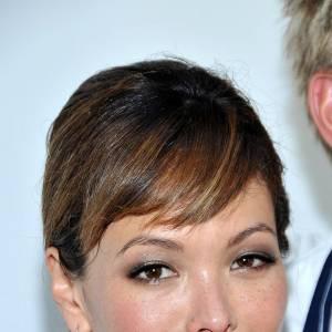 Yeux soulignés, coiffure soignée et boucles d'oreilles pastel, Lindsay Price trouve le bon équilibre.