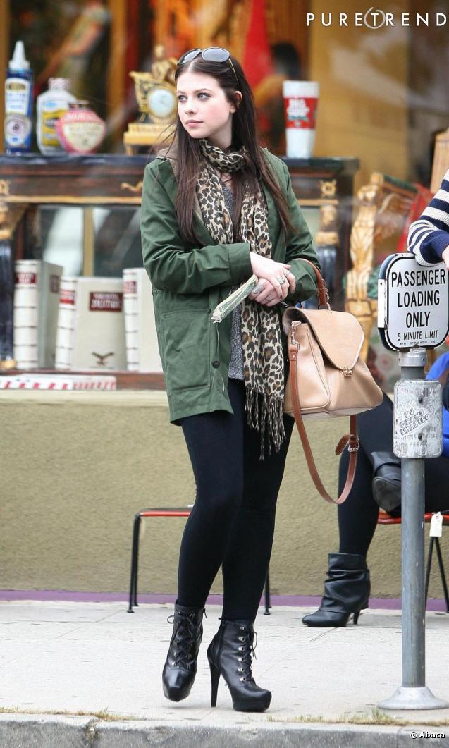 Avec un tel look, l'actrice opte pour des bottines à plateformes mais aurait fait mouche avec un modèle plus rock.