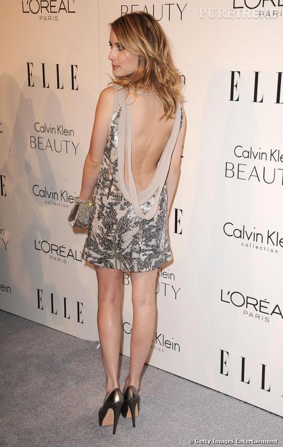 Emma sort le grand jeu avec une robe décolletée dans le dos.