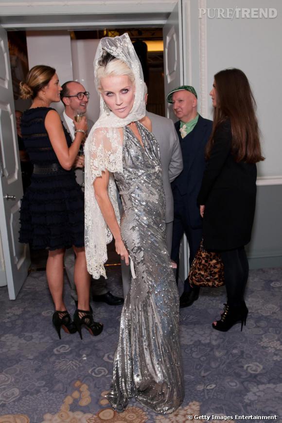Daphné Guinness envoutante en robe fourreau rebrodée de paillettes.