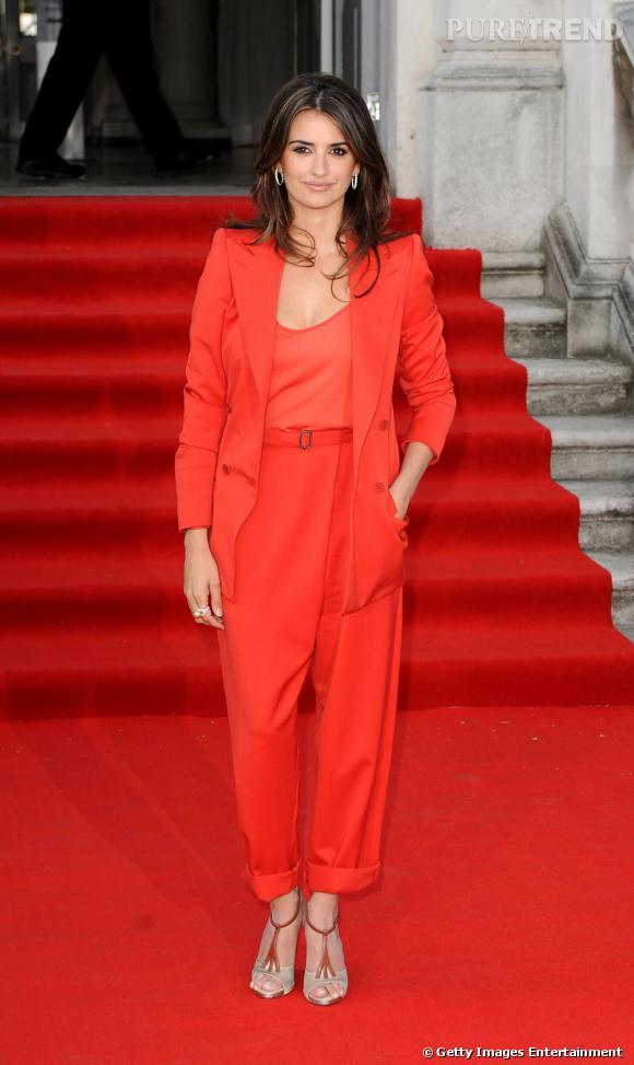 Comme Penelope Cruz , on revisite le costume en couleur.