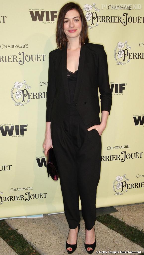 Comme Anne Hathaway , on mise sur le noir pour une silhouette chic, mais on n'oublie pas le caraco façon lingerie pour un look plus sexy.