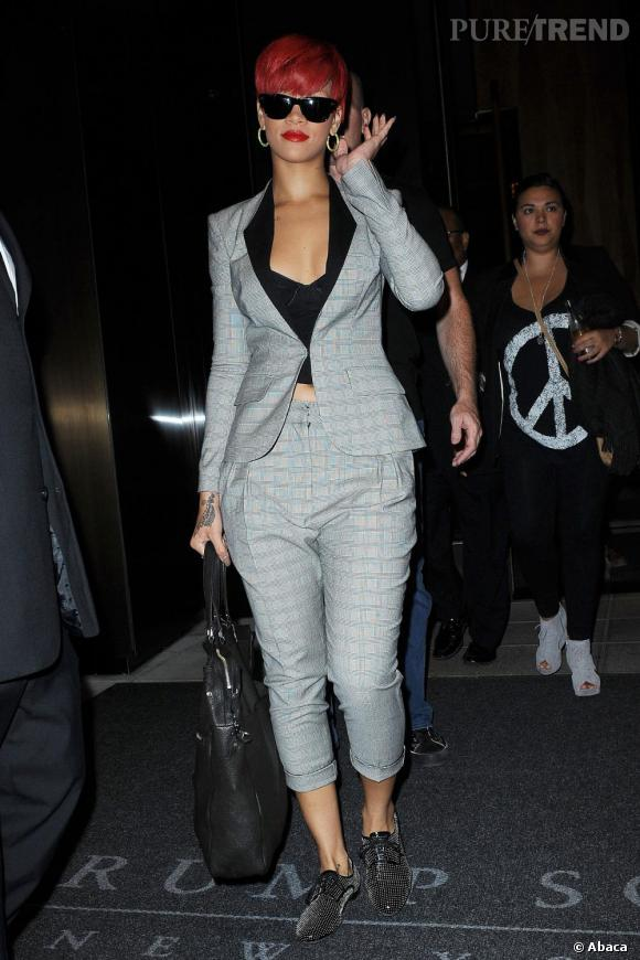 Comme Rihanna , on porte son complet sur un bustier très décolleté et l'on adopte les derbys griffées.