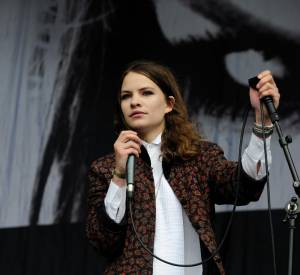 La chanteuse cultive un look bien particulier, en mixant par exemple chemise de smoking et veste 80's.