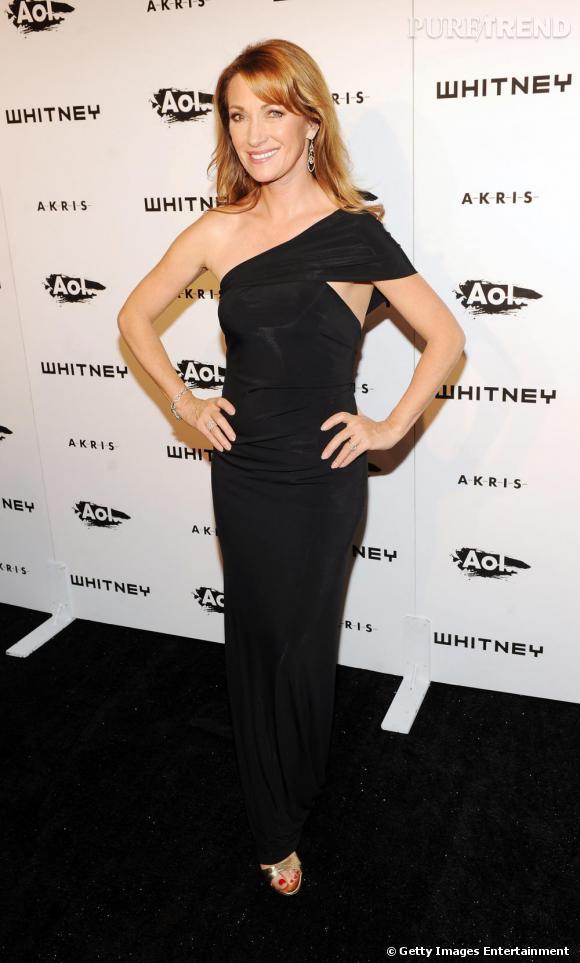 L'actrice, ultra glamour en robe noire ajustée.