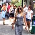 L'ensemble tailleur-jupe de Victoria Beckham lui donne des airs de business woman d'un genre sexy.