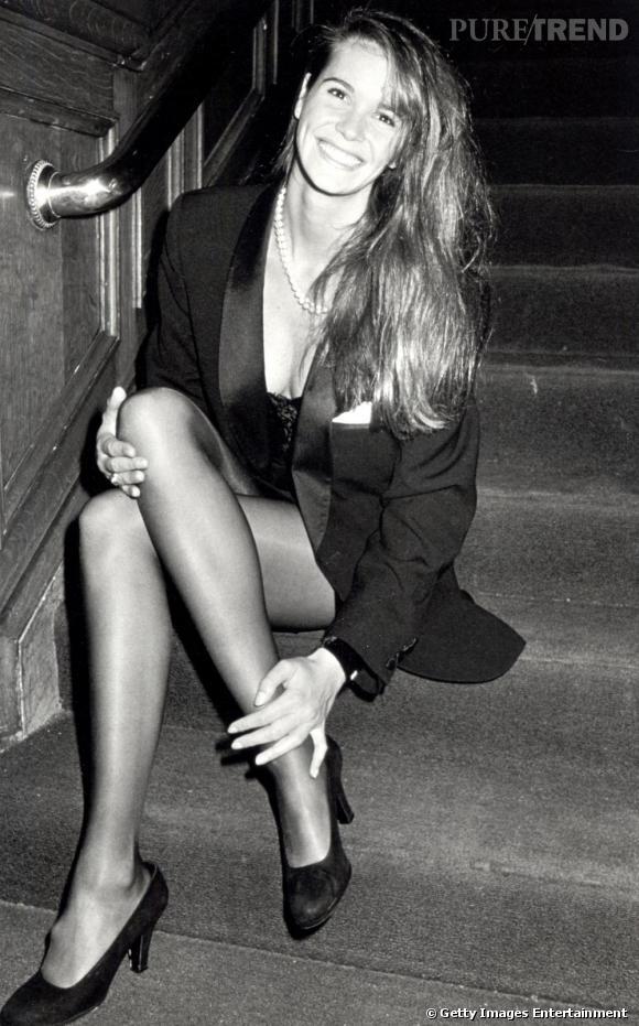 1989 : Elle Macpherson joue les séductrices, le jeu de jambes travaillé, le décolleté plongeant. Son minois de jeune première et son collier de perles lui permettent de rester élégante.