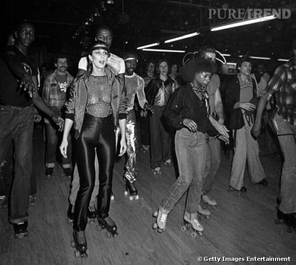 Fin de la période disco, on sent poindre les années 80. En véritable icône mode, Cher a déjà adopté la panoplie roller queen. Lycra et tops transparents sont à la mode.