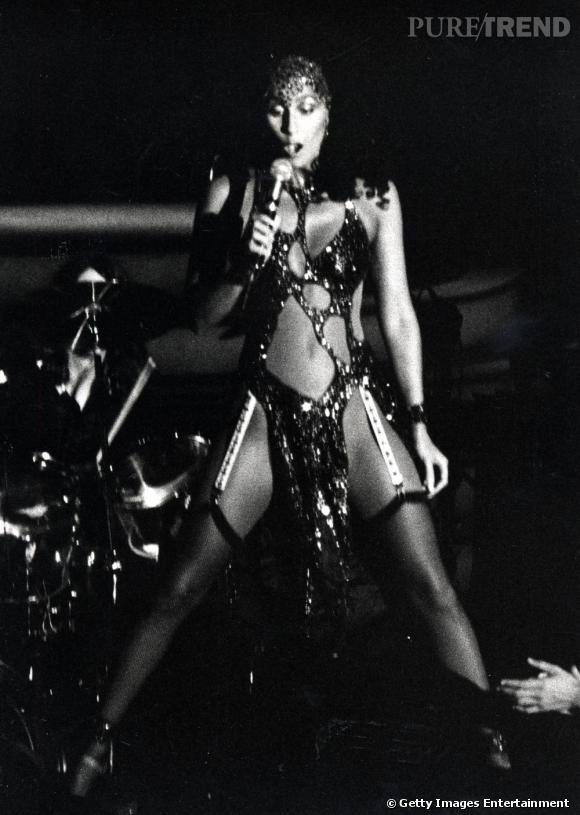 """A l'aube des années 80, Cher proclame le style """"sex slave"""" à grand renfort de strings en cuir et de combinaisons en résille. Les 80's démarrent sur les chapeaux de roues !   La suite au prochain épisode..."""