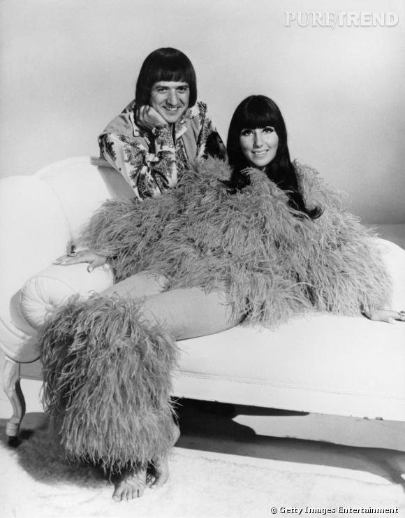 En 1963, Cher n'est encore que la moitié du duo Caesar & Cleo qu'elle forme avec le chanteur Sonny Bono. Pour l'heure, tous deux partagent le même amour pour le casque frangé, leur signature pendant plusieurs années encore.