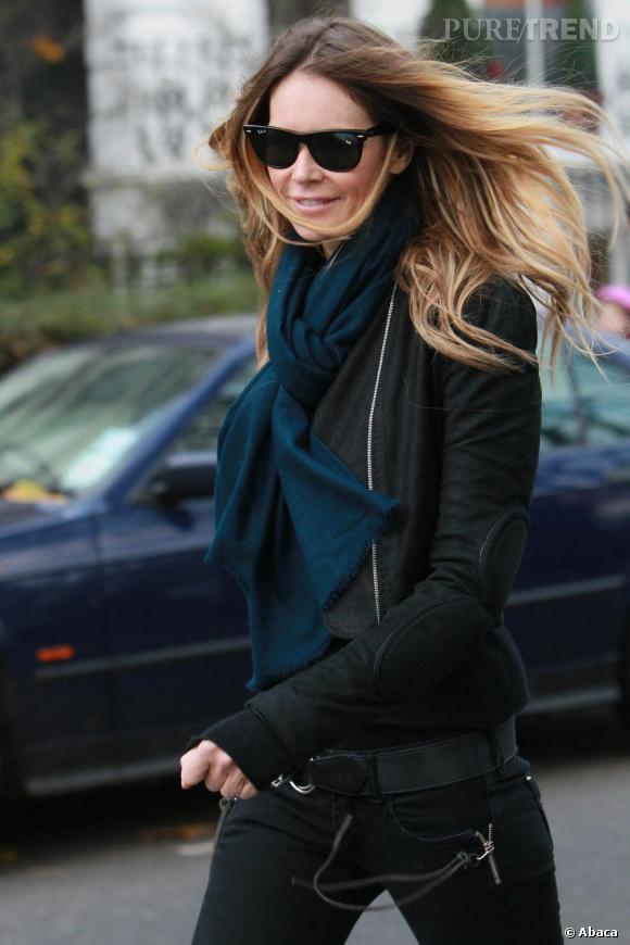 Elle Macpherson joue les infidèles dans les rues de Londres.