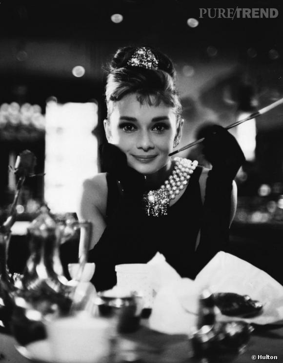 """Blondes Vs Brunes      Années 60, un mythe. Le chignon banane d'Audrey Hepburn dans """"Diamants sur Canapé"""", à la fois sage et sophistiqué, devient emblématique."""