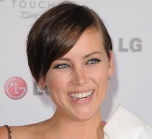 Blondes Vs Brunes Actrice de 90210, Jessica Stroup se distingue des starlettes californiennes avec sa coupe boyish et une mèche tombant sur l'oeil. Verdict : Aussi parfaite l'une que l'autre, les deux stars portent à merveille cette coupe garçonne !