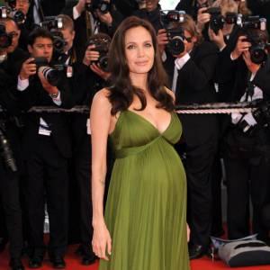 Sur red carpet même enceinte, Angelina Jolie sort le grand jeu dans cette robe qui lui fait une silhouette épanouie... Voire même son plus beau look red carpet.