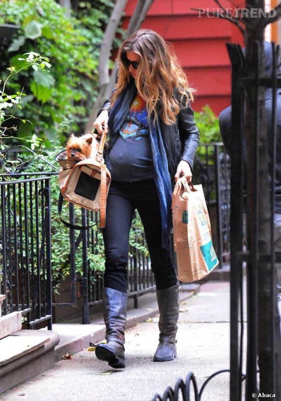 Qui se dévoue pour aller dire à Gisèle Bundchen qu'elle est enceinte ? La top, l'air de rien, porte ses vêtements habituels, le t-shirt prêt à craquer. Même le chien a flairé l'arnaque...