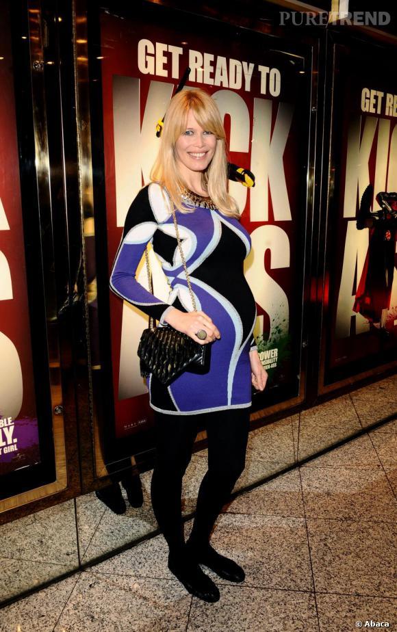 Version soir dans une robe pop qui met en avant ses formes en toute pudeur. Peut-être encore plus chic que les robes longues en satin de ses collègues, Claudia piquera-t-elle son titre de star enceinte la plus lookée à Angelina Jolie ?