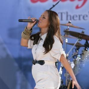 Alicia Keys se prépare tellement bien à la naissance de son bébé qu'elle porte des couches, sur scène qui plus est.  On retient la leçon : le combishort blanc au 4ème mois, c'est non !