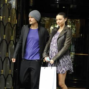 Miranda Kerr frôle la perfection, rayonnante dans une robe imprimée, romantique mais pas trop grâce à son perfecto patiné, choix de modeuse avertie. Son meilleur accessoire reste Orlando Bloom !