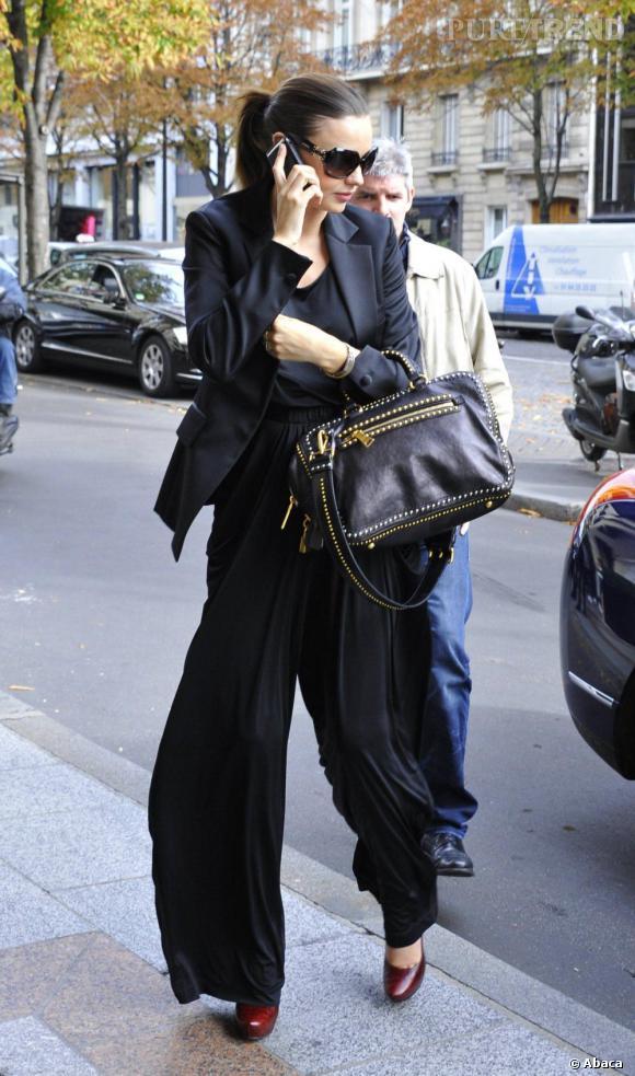 Version pantalon, Miranda Kerr assure aussi. Le blazer strict structure le drapé du pantalon. Une tenue stylée et confortable. Par contre, essayer de cacher son ventre rond avec son sac à main, c'est raté !