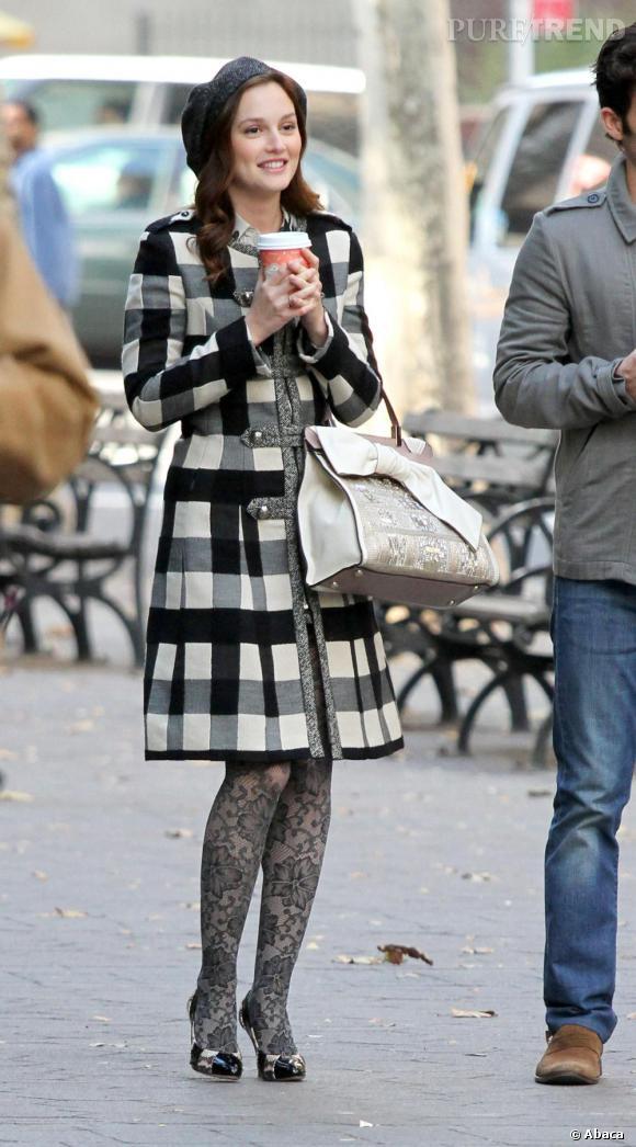 A 11h : Leighton devient Blair Waldorf et s'affiche un look preppy black & white en collant Anthropologie et manteau Bensoni. Look que vient parfaire un sac Valentino.