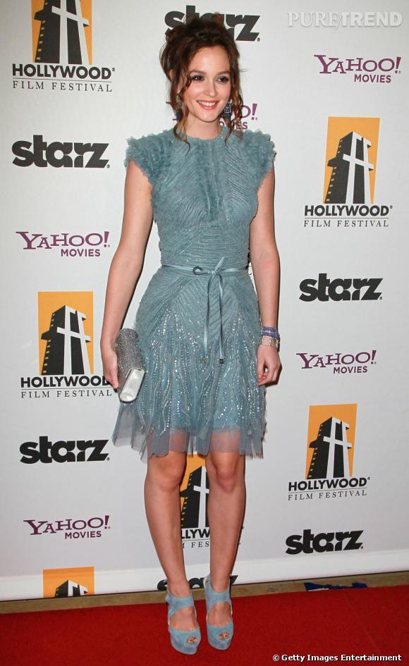 A 19 h : pour le Hollywood Awards Gala, Leighton s'offre une apparition teinté d'un air rétro en robe Elie Saab. Avec une pièce bleue, elle met en valeur sa carnation et sa crinière romantiquement remontée en chignon.