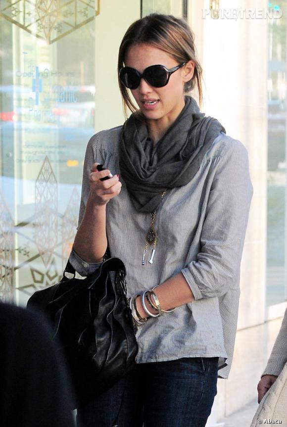 Jessica Alba se promène dans les rues de Beverly Hills.