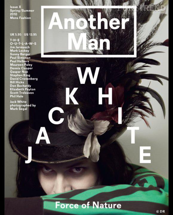 Jack White pose pour le Spring Summer 2010 ... Il fait curieusement penser au chapelier fou d'Alice au pays des merveilles.