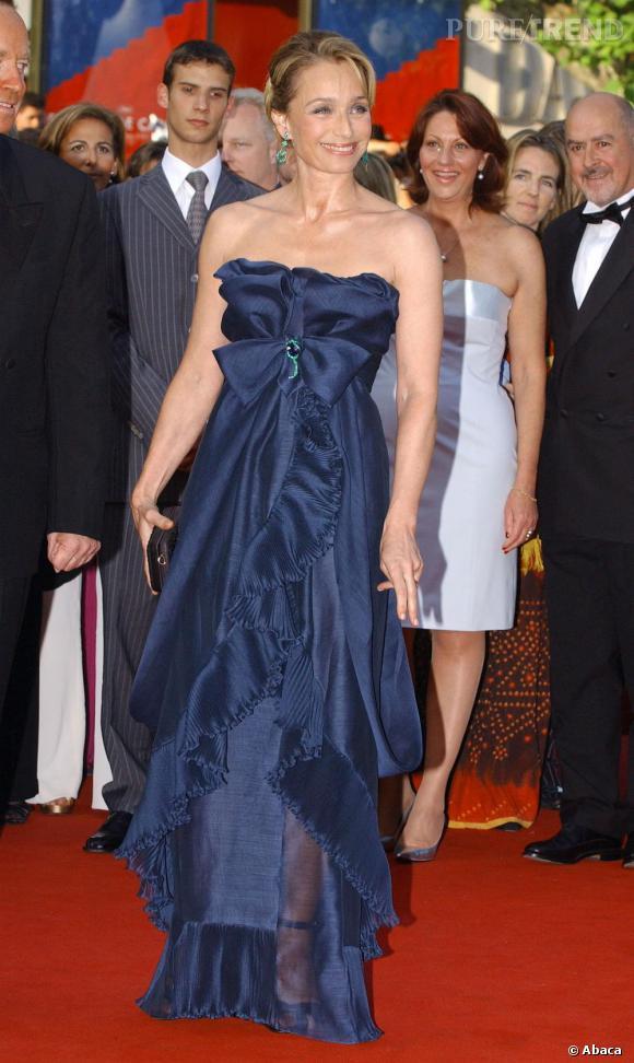 Le bleu nuit est une couleur qui flatte particulièrement l'actrice, ici sur une robe Yves Saint Laurent par Stefano Pilati.