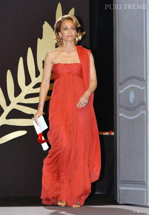 Festival de Cannes, 2005, l'actrice prend des allures de déesses grecque dans une robe d'un rouge flamboyant Yves Saint Laurent par Stefano Pilati.