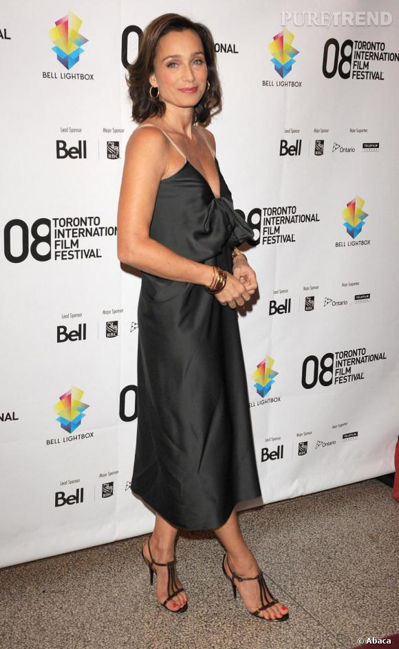 Au Festival du Film de Toronto, la comédienne mise sur une petite robe noire très fluide et de fines sandales pour une apparition toute en douceur.