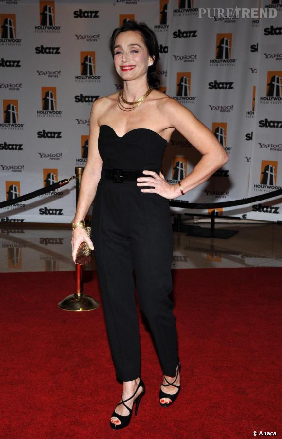 L'actrice bien que classique se laisse parfois tenter par des looks plus audacieux comme une combinaison bustier Yves Saint Laurent et de délicates sandales de satin.