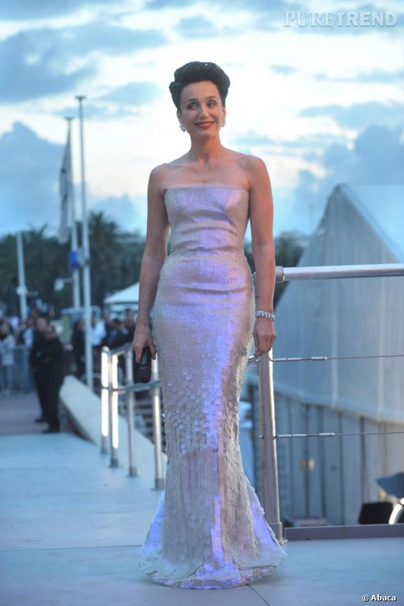Au Festival de Cannes de 2010, l'actrice est majestueuse en robe sequins Armani Privé Spring 2010 Haute Couture.