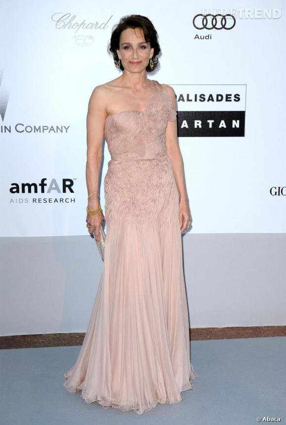 Au gala de l'amfAR à Antibes, la comédienne s'offre une allure romantique en Armani Privé.