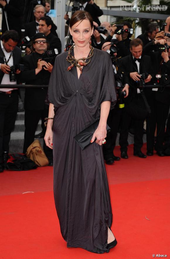 """A la première de """"Hors la Loi"""" au Festival de Cannes, l'actrice est méconnaissable et envoûtante en robe Lanvin Resort 2010 et un collier méduse Spring 2010."""