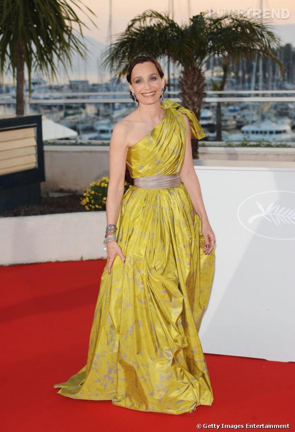 Pour la clôture du Festival de Cannes 2010, la maîtresse de cérémonie  ose une robe drapée dorée, jouant les déesses grâce à une robe Lavin Spring 2010.