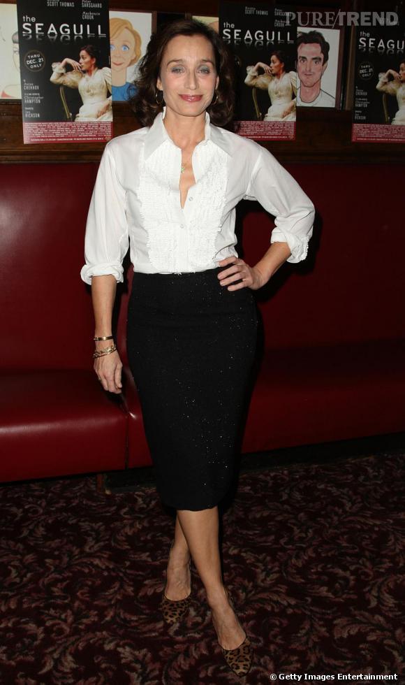 Avec une allure classique, chemise blanche et jupe crayon, l'actrice opte pour la touche sublimatrice, des escarpins originaux.