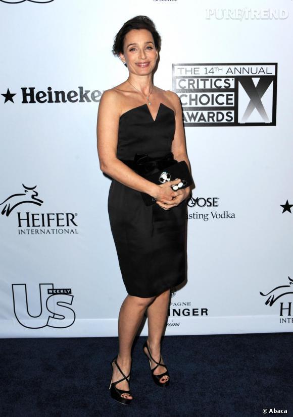 """Total look black en Yves Saint Laurent lors des """"Critics Choice Awards"""". Avec une petite robe bustier, l'actrice se fait audacieuse et résolument fashion."""