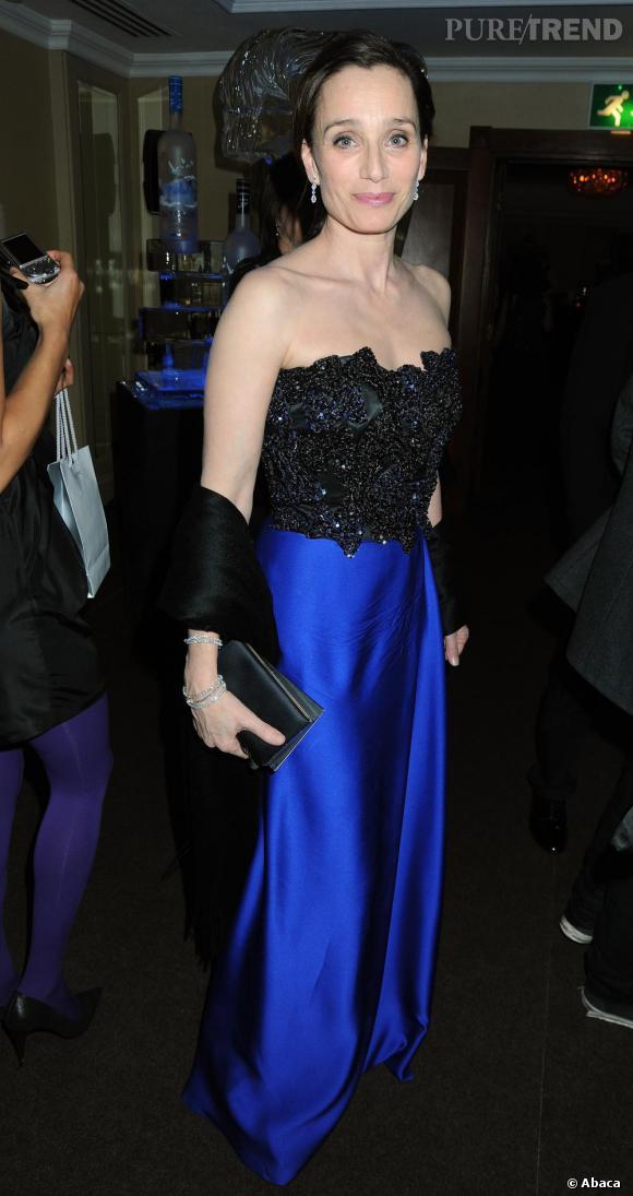 Mixant ses deux couleurs fétiches, le bleu nuit et le noir avec une robe bustier Yves Saint Laurent, l'actrice affiche une élégance intemporelle.