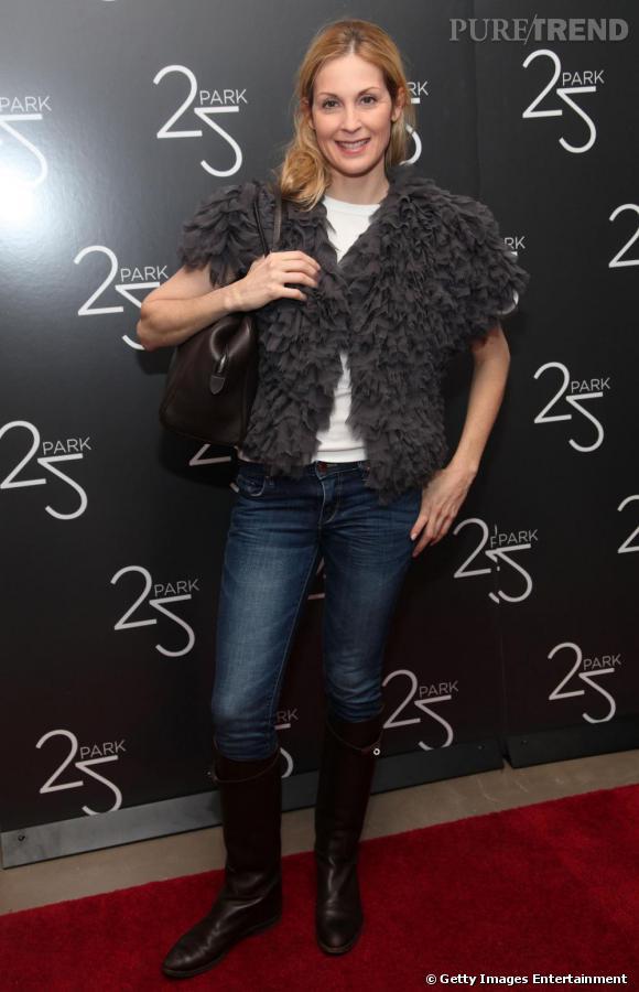Avec une tenue basique, l'actrice choisit des accessoires Hermès.