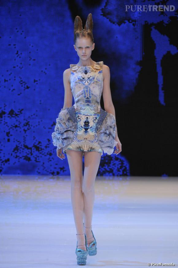 Frida Gustavsson  version podium sur le défilé Alexander McQueen Printemps/Été 2010.